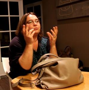 Yoeke Nagel tijdens een workshop Damestasjeslezen